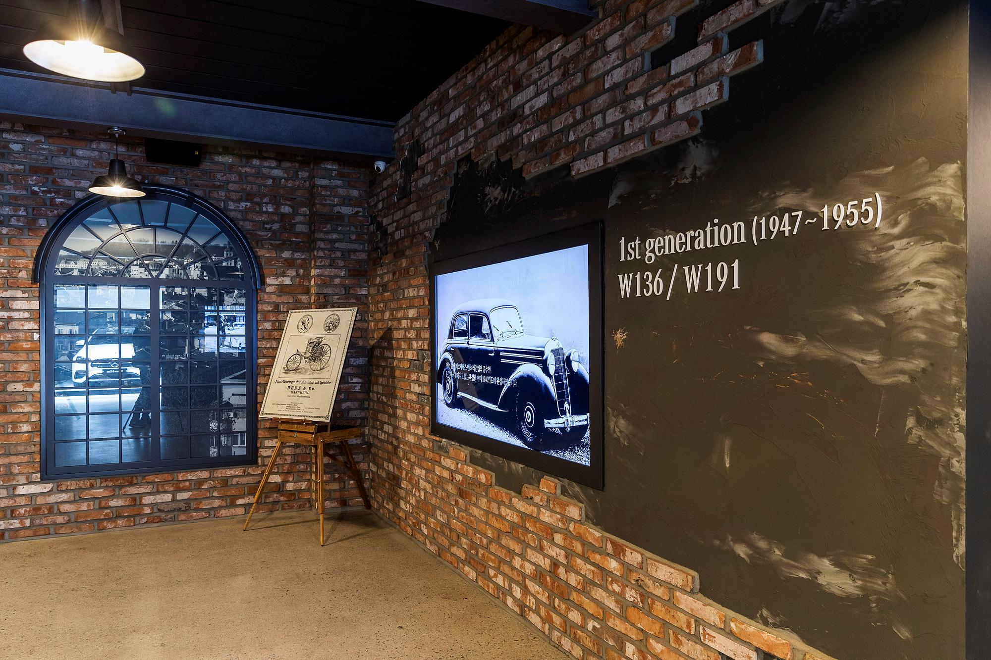 1947년부터 70여년 동안 10세대를 이어온 메르세데스-벤츠 E클래스의 전통은 이들의 자랑거리다. 메르세데스-벤츠 코리아는 서울 신사동 서울옥션 강남센터에 '하우스 오브 E'라는 전시 공간을 꾸려 올드카와 E클래스의 역사를 소개하고 있다. 사진 메르세데스-벤츠 코리아