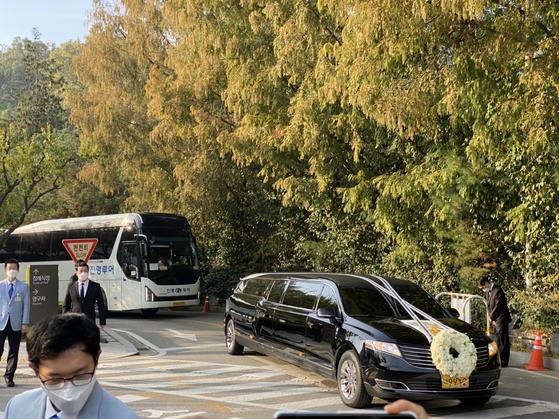 삼성서울병원을 떠나는 고(故) 이건희 삼성 회장의 운구차. 김영민 기자