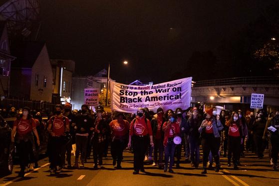 27일(현지시간) 펜실베이니아주 필라델피아에서 시위대가 행진하고 있다. [연합뉴스]