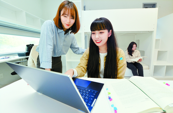 대전대학교가 올해 개교 40주년을 맞았다. 27일 이 대학 학생들이 기숙사에서 노트북 컴퓨터를 보며 대화하고 있다. 프리랜서 김성태