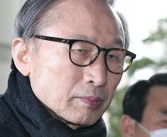 이명박 전 대통령이 지난 2월 19일 항소심 선고공판에 출석하던 모습. 대법원은 29일 이 전 대통령에게 징역 17년을 확정했다.[뉴스1]