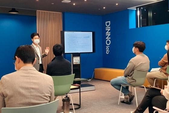 우리금융그룹은 28~30일 사흘간 서울 성수동 '디노랩(Dinno Lab)' 통합센터에서 스타트업의 스케일 업(scale-up)을 위한 역량 강화 프로그램 '디업(D.UP, Defense-up&Develop-up)'을 진행한다고 29일 밝혔다.