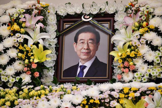 서울대학병원 장례식장에 마련된 고 박원순 서울시장 빈소에 고인의 영정이 놓여 있다. 사진 서울시
