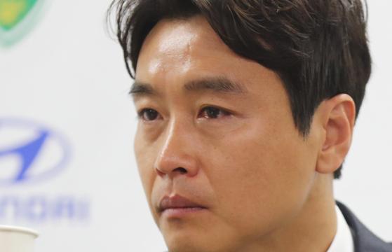 이동국은 은퇴 기자회견 도중 아버지 관련 얘기가 나오자 눈물을 흘렸다. [연합뉴스]