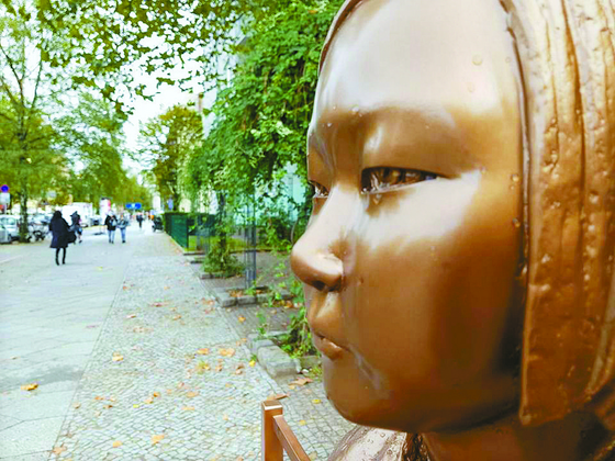 지난달 25일(현지시간) 독일 수도 베를린에 설치된 '평화의 소녀상'에 빗물이 맺혀있다. [연합뉴스]