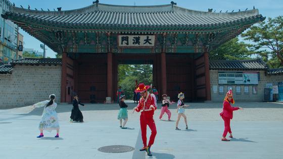 유튜브 조회수 2900만 뷰에 이르는 'Feel The Rhythm of Korea: Seoul'의 한 장면. 덕수궁 대한문 앞 광장에서 무용수들(앰비규어스 댄스 컴퍼니)이 특유의 개성 넘치는 춤사위를 벌이고 있다. [사진 한국관광공사]