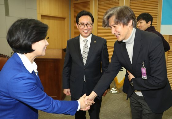 추미애 법무부 장관(왼쪽)과 조국 전 법무부 장관. 연합뉴스