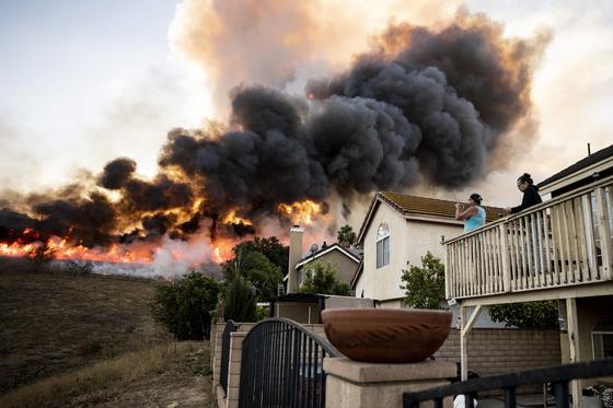 27일(현지시간) 미국 캘리포니아주 오렌지카운티 민가 인근까지 다가온 산불 모습. EPA=연합뉴스