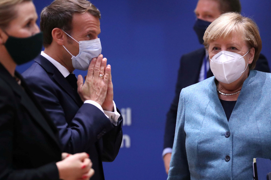 코로나 19 재확산으로 프랑스, 독일 등 유럽 주요 국가들이 재봉쇄에 나선다. 사진은 프랑스 에마뉘엘 마크롱 대통령(왼쪽 두 번째)과 독일 앙겔라 메르켈 총리(오른쪽 끝)가 지난 15일 EU서밋에서 만난 모습 [로이터=연합뉴스]