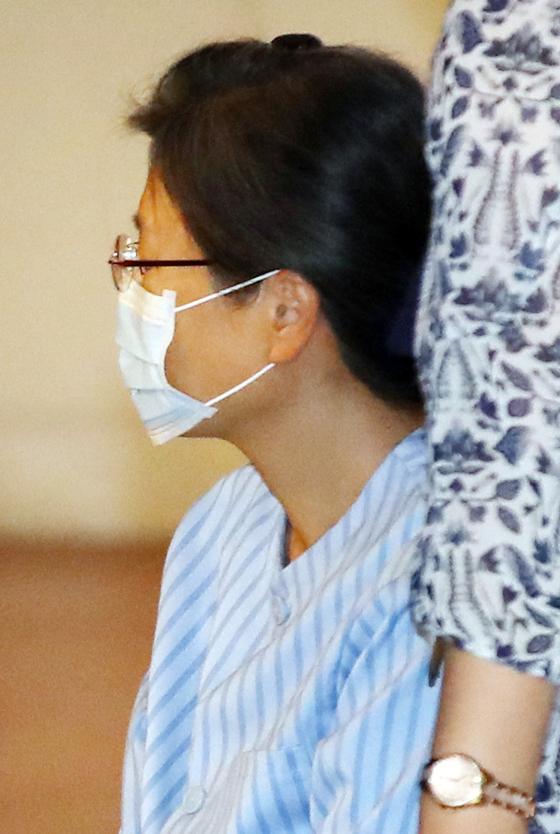 지난해 9월 16일 어깨 부위 수술을 받기 위해 서울성모병원으로 들어서고 있는 박근혜 전 대통령의 모습.[연합뉴스]