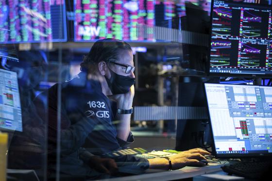 미 상무부가 29일(현지시간) 3분기 미국 경제성장률을 33.1%(전기대비 연율)이라고 발표했다. 사진은 지난 28일 미국 뉴욕증권거래소에서 트레이더가 거래하고 있는 모습. [AP=연합뉴스]