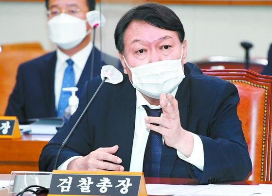 윤석열 검찰총장이 22일 국회에서 열린 법제사법위원회 대검찰청 국정감사에서 질의에 답변하고 있다. 홍은선 기자