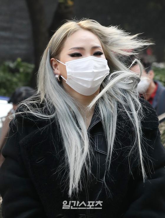 가수 씨엘(CL, 이채린)이 27일 오후 서울 여의도 KBS에서 진행된 '유희열의 스케치북'에 참석하며 포즈를 취하고 있다. 김진경 기자 kim.jinkyung@jtbc.co.kr/2020.10.27/