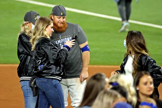 코로나 확진에도 우승 세리머니 한 터너, MLB 조사 받는다