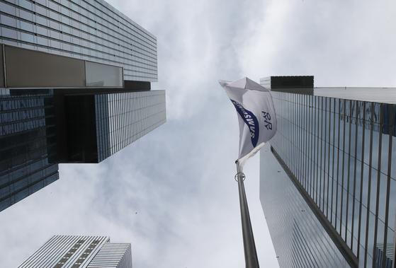 이건희 삼성전자 회장이 별세한 25일 오후 서울 서초구 삼성전자 서초사옥에 삼성전자 깃발이 펄럭이고 있다. 우상조 기자/20201025