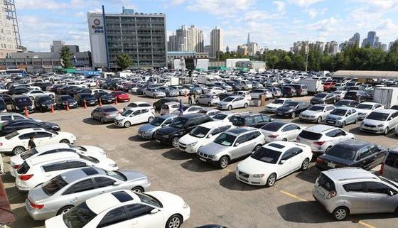 서울 장안동 중고차 시장에 차들이 줄지어 주차돼 있다. 연합뉴스