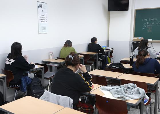 12일 오전 서울 마포구 종로학원 강북본원에서 재원생들이 수업을 듣고 있다. 연합뉴스