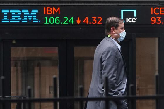 지난 28일(현지시간) 한 행인이 미국 뉴욕 맨해튼의 뉴욕증권거래소(NYSE) 앞을 지나가고 있다. 이날 미국, 유럽을 비롯한 증시는 코로나19 재확산 및 봉쇄 조치 우려에 크게 하락했다. 로이터=연합뉴스