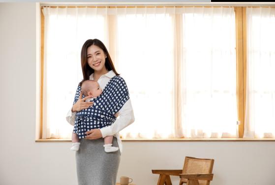 코니바이에린의 주력 상품인 코니아기띠. 영국, 호주, 홍콩, 싱가포르 등지에서 아기를 잘 재울 수 있는 아기띠라는 뜻의 '슬립매직(Sleep Magic)'이라는 별명으로 불린다. [사진 코니바이에린]