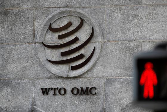 스위스 제네바에 있는 국제무역기구(WTO) 본부의 벽에 적힌 로고. [로이터=연합뉴스]