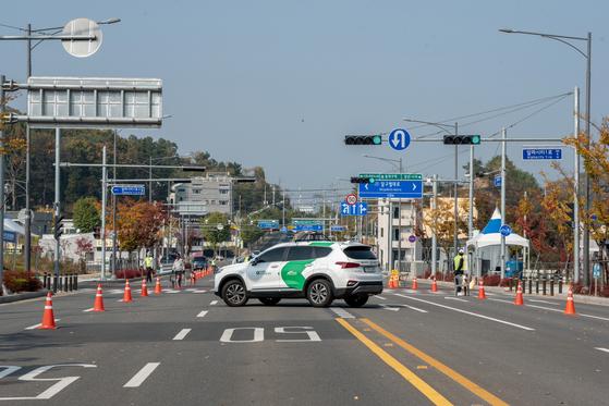 자율주행차가 비보호 유턴(U-turn)하는 모습〈사진제공=도로교통공단〉