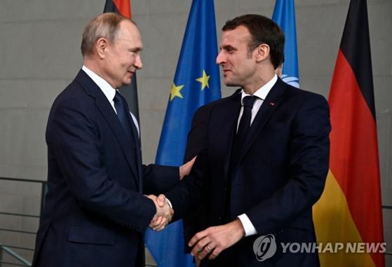 올해 1월 베를린에서 회동한 블라디미르 푸틴 러시아 대통령과 에마뉘엘 마크롱 프랑스 대통령(오른쪽). AFP=연합뉴스 자료사진