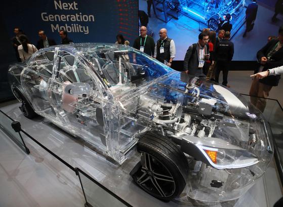 세계 최대 가전·정보기술(IT) 전시회 'CES(Consumer Electronics Show) 2020'이 열린 지난 1월 7일(현지시간) 미국 네바다주 라스베이거스 컨벤션센터 독일 자동차 부품사 ZF부스에 전시된 미래차. 연합뉴스
