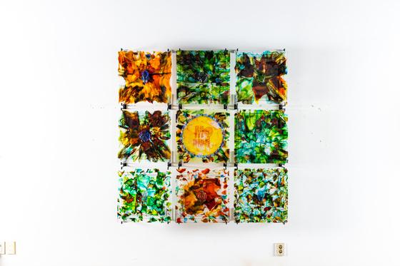 유리 작가 김정석의 '색-공' 개인전. 色-空 glasswall 2020-2, 50x50x4cm(each) 9pc, glass, 2020