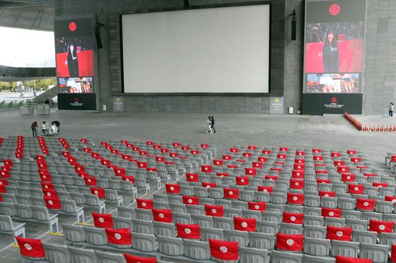 〈YONHAP PHOTO-2869〉 레드카펫 없는 부산국제영화제 개막    (부산=연합뉴스) 조정호 기자 = 제25회 부산국제영화제(BIFF)가 개막한 21일 부산 해운대구 영화의전당 야외상영관에 거리 두기 좌석이 표시되어 있다. 올해 대회는 코로나19 여파로 레드카펫 행사가 펼쳐지는 개·폐막식 없이 영화 상영 중심으로 열린다. 올해 초청 영화는 68개국 192편이다. 개막작에는 '칠중주:홍콩 이야기'가 선정돼 이날 오후 8시 영화의전당 야외극장에서 관객과 만난다. 2020.10.21   ccho@yna.co.kr/2020-10-21 10:44:01/ 〈저작권자 ⓒ 1980-2020 ㈜연합뉴스. 무단 전재 재배포 금지.〉