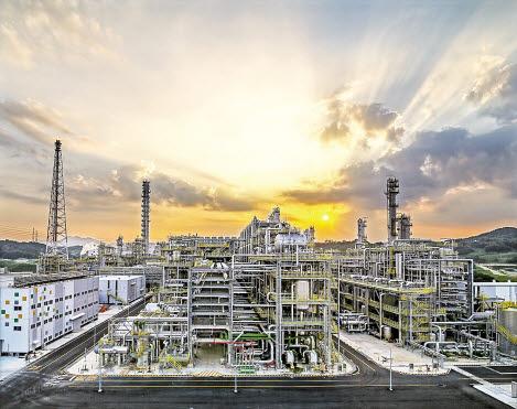 에쓰-오일은 석유화학 분야에서 대규모 신규 시설투자를 단행하는 역발상 전략으로 지속성장 동력을 강화하고 있다. 사진은 울산시 울주군 온산읍에 있는 에쓰-오일의 석유화학 시설인 올레핀 다운스트림 콤플렉스 전경. [사진 에쓰-오일]
