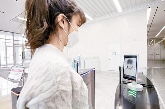 LG CNS는 마곡 본사에서 검증한 'AI 얼굴인식 출입통제 시스템'을 대외로 확장하는 등 IT 신기술을 바탕으로 비대면 사업 분야에서 새로운 기회를 발굴하고 있다. [사진 LG그룹]