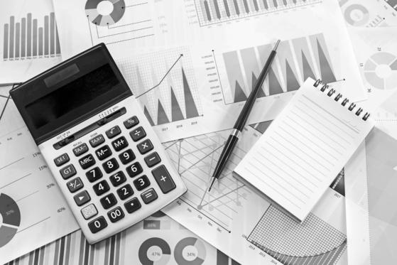 Graphs and Calculator; Shutterstock ID 524615452; 프로젝트: 중앙일보_담당자: 김영희