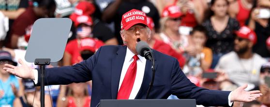 """도널드 트럼프 미국 대통령이 29일 플로리다에서 유세하고 있다. 그는 """"이곳이 내 집""""이라며 지지를 호소했다. [EPA=연합뉴스]"""