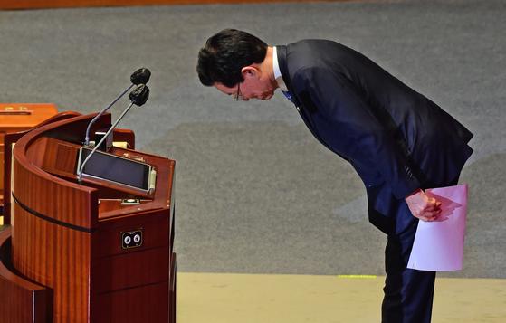 더불어민주당 정정순 의원이 29일 오후 서울 여의도 국회에서 열린 본회의에서 자신에 대한 체포동의안 표결을 앞두고 신상발언을 하며 인사를 하고 있다. 연합뉴스
