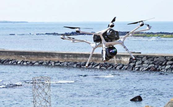 DMI의 수소드론은 수소 용기 1회 충전으로 약 2시간 장거리 비행이 가능하다. 지난 4월 DMI는 수소 드론 'DS30'을 이용해 제주도 본섬에서 가파도·비양도·마라도의 3개 부속 섬에 공적 마스크 1200장을 배송했다. [사진 두산그룹]