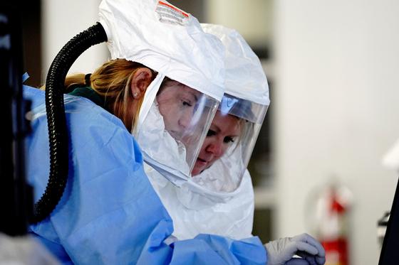 미국 사우스다코다주 수 폴스의 의료진이 드라이브 스루 검사소에서 코로나19 검사를 진행하고 있다.로이터=연합뉴스