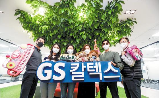 GS칼텍스 임직원들이 지난 16일 서울 강남구 GS칼텍스 본사에서 장터에 기증할 물품을 들고 있다. GS칼텍스는 16년째 위아자 나눔장터에 참여해 따뜻한 에너지를 나누고 있다.  김성룡 기자