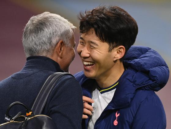 조세 모리뉴(왼쪽) 토트넘 감독의 농담에 웃음을 터트리는 손흥민. 토트넘에서 감독과 선수로 호흡을 맞추는 두 사람은 같은 에이전시에서 한솥밥을 먹게 됐다. [AP=뉴시스]