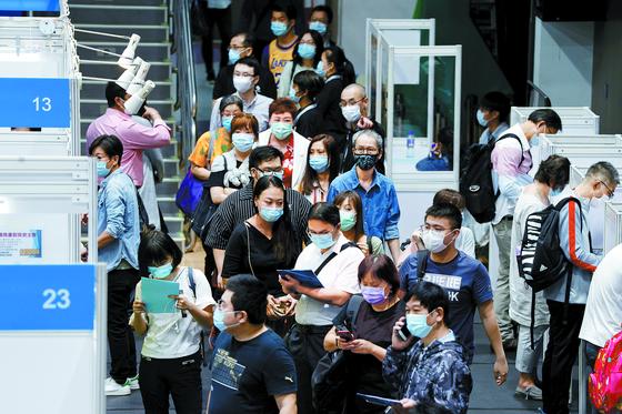 홍콩 완차이에서 열린 취업박람회에서 구직자들이 마스크를 낀 채 인터뷰를 기다리고 있다. 코로나19 확산 여파로 홍콩의 3분기 실업률은 최근 16년래 최고인 6.4%를 기록했다. [로이터=연합뉴스]