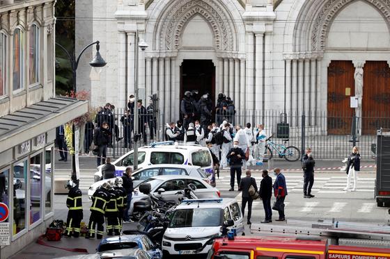 프랑스 니스의 노트르담 성당에서 29일 오전(현지시간) 테러로 의심되는 흉기 공격이 발생해 여성 2명과 남성 1명이 숨졌다. [로이터=연합뉴스]