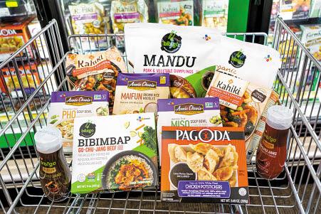 CJ제일제당이 지난해 미국 대형 식품기업 슈완스 컴퍼니를 인수하며 미국 전역에 걸친 식품 생산·유통 인프라 및 R&D 역량을 갖춘 'K-Food 확산 플랫폼'을 확보했다. 미국 마트에서 판매 중인 CJ제일제당 제품들. [사진 CJ제일제당]