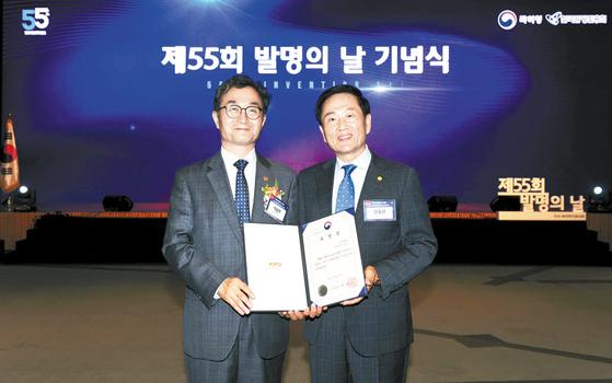 슈올즈는 지난 6월 개최된 제55회 발명의 날 기념식에서 특허청장상을 수상했다. 오른쪽이 이청근 대표. [사진 슈올즈]