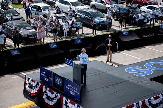미국 민주당 대선 후보 조 바이든이 29일 플로리다에서 드라이브인 유세를 하고 있다. [AFP=연합뉴스]