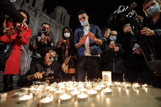 참사가 벌어진 프랑스 니스 노트르담 성당 앞에서 29일(현지시간) 시민들이 촛불을 밝혀 희생자들을 위로하고 있다. [AFP=연합뉴스]