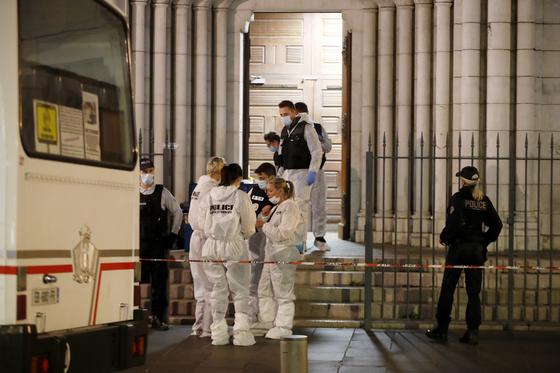 지난 29일 흉기테러 사고가 발생한 프랑스 니스의 노트르담 성당에서 현지 경찰당국이 수사를 벌이고 있다. EPA=연합뉴스