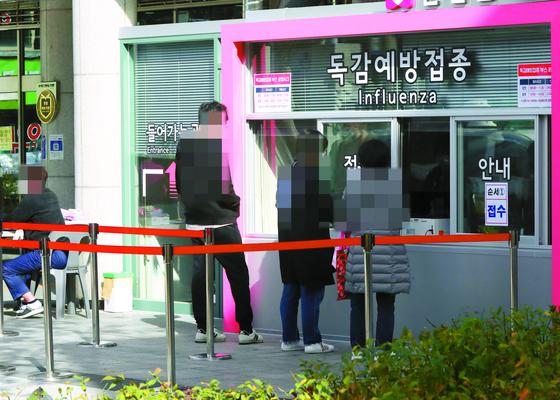 28일 오후 서울 시내 한 병원의 인플루엔자(독감) 백신 예방 접종 진료소 앞이 한산한 모습이다. 연합뉴스