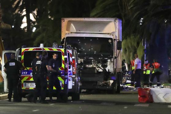 2016년 7월 14일(현지시간) 트럭 테러 당시 프랑스 니스에서 경찰관과 구급대원이 피해자를 구조하고 있다. [AFP=연합]
