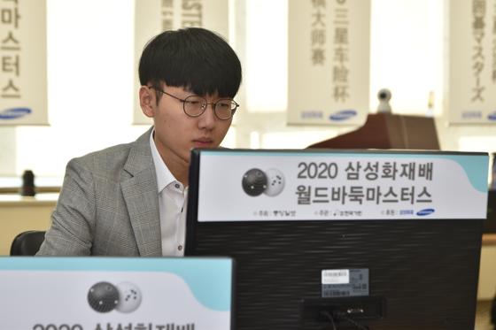 30일 열린 2020 삼성화재배 월드바둑마스터스 8강에서 중국의 스웨 9단을 상대로 온라인 대국 중인 신진서 9단. 이날 승리로 삼성화재배 첫 4강에 진출했다. [사진 한국기원]