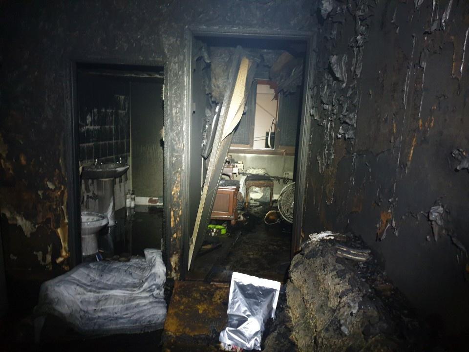 20일 오전 1시 59분 부산 사하구 다대동에 있는 다가구 주택에서 불이 났다.   이 불로 집 안에 있던 2명이 숨지고 10여 명이 긴급 대피했다.   경찰과 소방은 정확한 화재 원인을 조사 중이다. 사진은 화재 현장. 사진 부산경찰청