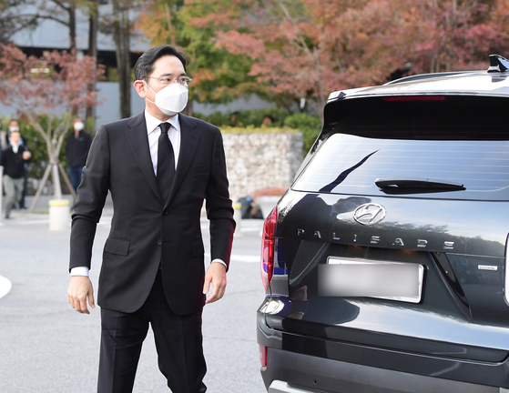 이재용 삼성전자 부회장이 현대차의 팰리세이드를 운전해 지난 25일 서울 강남구 삼성서울병원 장례식장에 도착한 후, 故 이건희 삼성그룹 회장 빈소에 들어서고 있다. 뉴스1